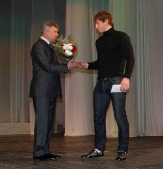 Николай Хлынцов приветсвует чемпиона мира среди юниоров по вольной борьбе Владислава Байцавева.