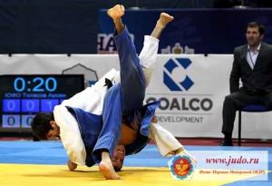 Так завоевывают медали. Арсен Толасов в поединке за бронзу побеждает чеченца Алихана Аюбова.