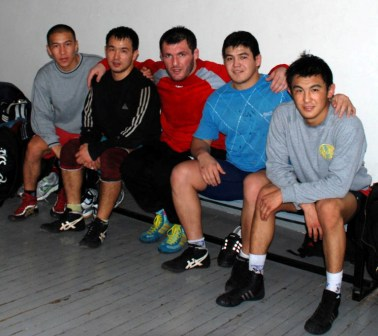 «Казахский» осетин Таймураз ТИГИЕВ со своими земляками после тяжелого тренировочного дня.