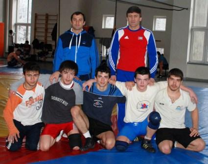 Родион КЕРТАНТИ (в красном) со своими учениками из сборной Словакии и помощником Альбертом БАЗАЕВЫМ.