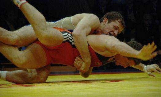 Алан ХУГАЕВ заставил олимпийского чемпиона уйти в бесконечную оборону.