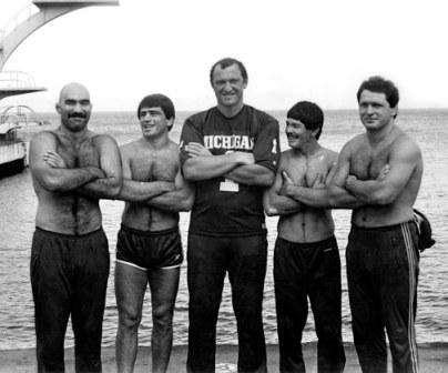 Борцы часто проводили сборы на море. Слева направо: Виктор ЗАНГИЕВ, Махарбек ХАДАРЦЕВ, Сослан АНДИЕВ, Владимир ДЗУГУТОВ, Аслан ХАДАРЦЕВ.
