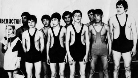 Такими молодыми наши борцы уже выступали за Узбекистан. Справа - Аслан ХАДАРЦЕВ.