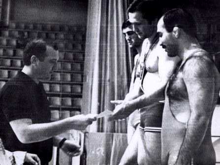 Победителей награждает Сослан АНДИЕВ. На первом месте - Аслан ХАДАРЦЕВ, на втором - Гобеджишвили, на третьем - Зангиев.