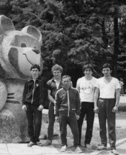 Сбор перед первенством мира (слева направо): Олег КОНИЕВ, Эльбрус ДЕМУРОВ, Юрий КИШИЕВ, Махарбек ХАДАРЦЕВ, Казбек КОНИЕВ. Алушта, 1982 г.