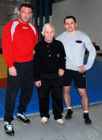 Юрий КИШИЕВ со своими знаменитыми учениками - братьями Таймуразом и Сосланом ТИГИЕВЫМИ.