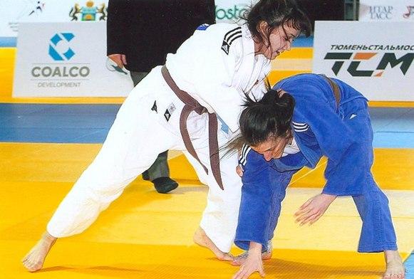 Алана Лазарова (в синем кимоно) умеет и уверенно атаковать, и надежно защищаться.