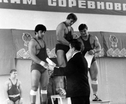 Пьедестал - венец усилий спортсмена на тренировках и соревнованиях (Сохиев - слева).