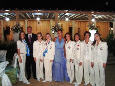 После Олимпиады в Пекине сборную Азербайджана приняли президент страны Ильхам Алиев и его супруга, президент Федерации гимнастики Азербайджана Мехрибан Алиева, слева от которой и стоит Анна Битиева.