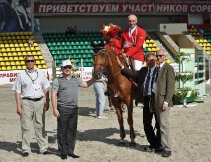 обладатель Гран При Владмир ТУГАНОВ получает поздравления.