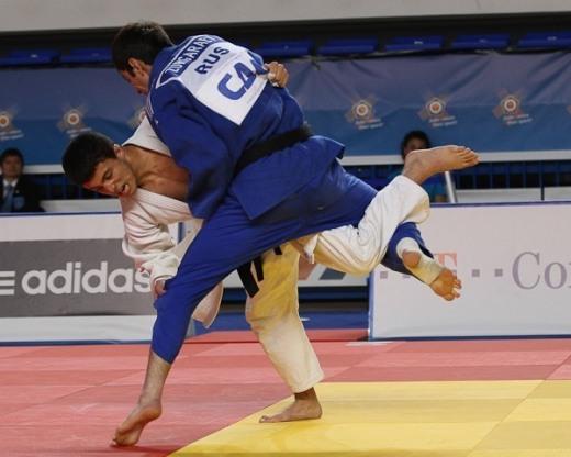 Так в финальном поединке началось восхождение Руслана ГОДИЗОВА (в белом кимоно) к европейскому золоту.