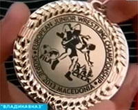 Владислав ВАЛИЕВ продемонстрировал медаль чемпиона Европы в аэропорту