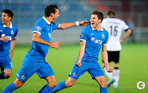 Кураньи поздравляет с забитым мячом Алексея Ионова.