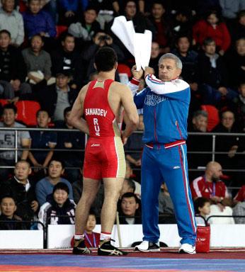Главный тренер сборной Северной Осетии Малик Тедеев ассистирует победителю Ацамазу САНАКОЕВУ.